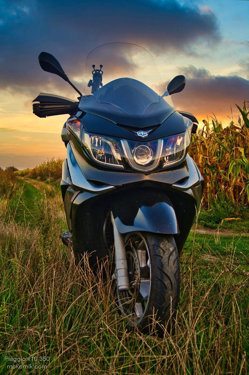 Maxi skuter #Piaggiox10 w polu kukurydzy - zachód słońca