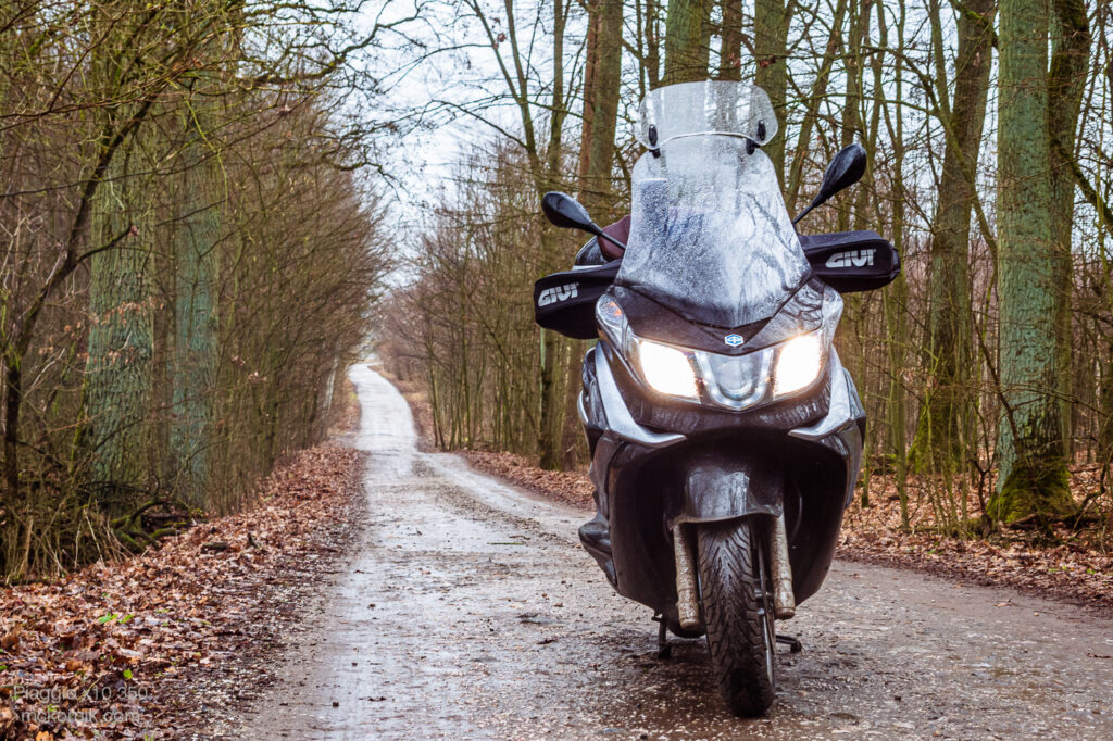 Jazda motorem w deszczu - Maxi scooter Piaggio x10 350, fot. Tomasz Koryl / mckornik.com