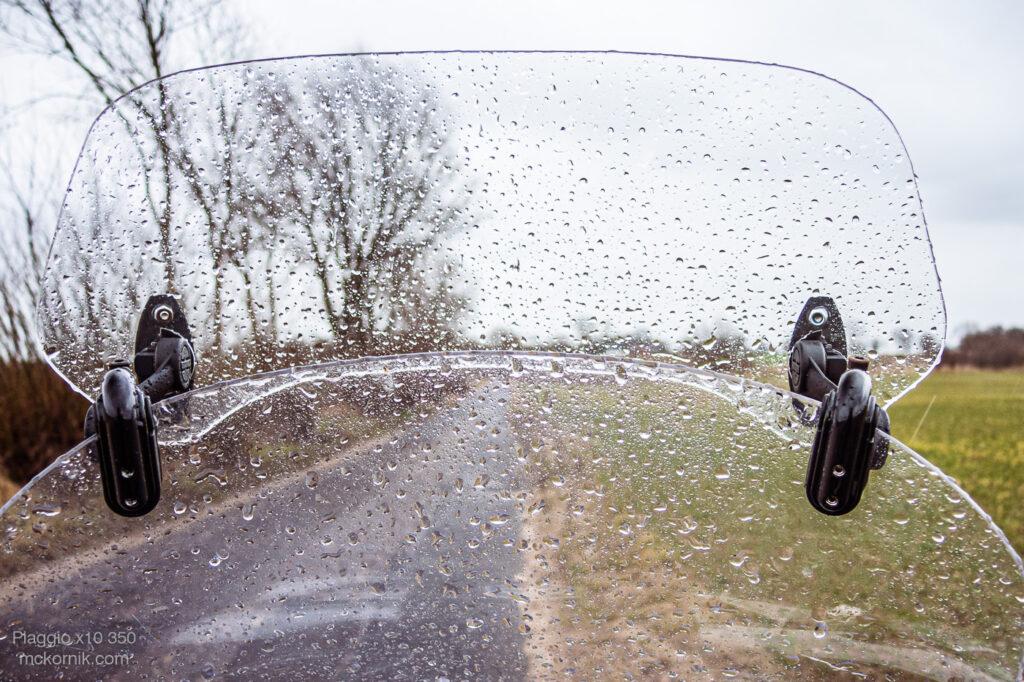 Jazda motocyklem w deszczu - Maxi scooter Piaggio x10 350, fot. Tomasz Koryl / mckornik.com